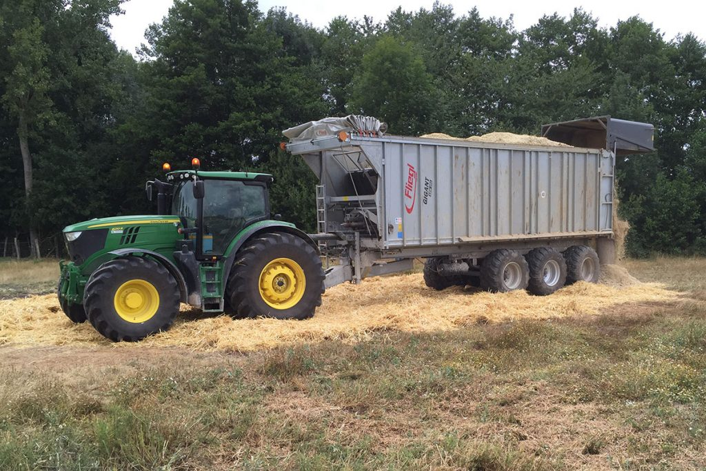 Tracteur agricole, benne grand volume en location.